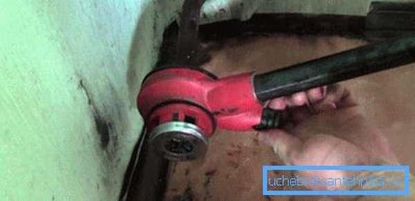 Нарезка резьбы на трубе клуппом в домашних условиях