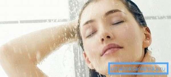 Насладиться душем можно не только в ванной комнате.