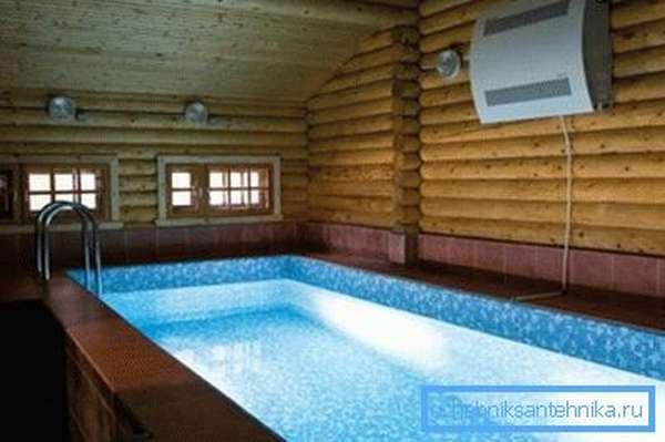 Настенный осушитель воздуха в частном бассейне.