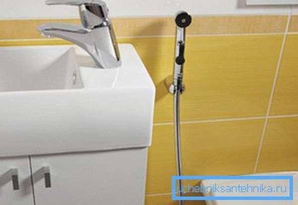 Настенный смеситель для биде с гигиеническим душем не портит интерьер
