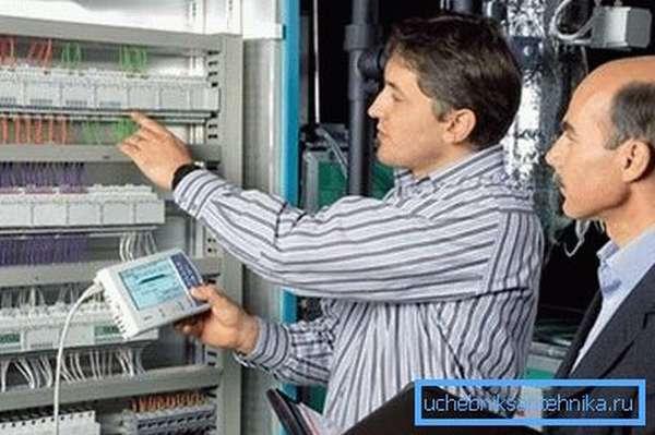 Настраивается автоматика для вентиляции своими руками с помощью специальных приборов.