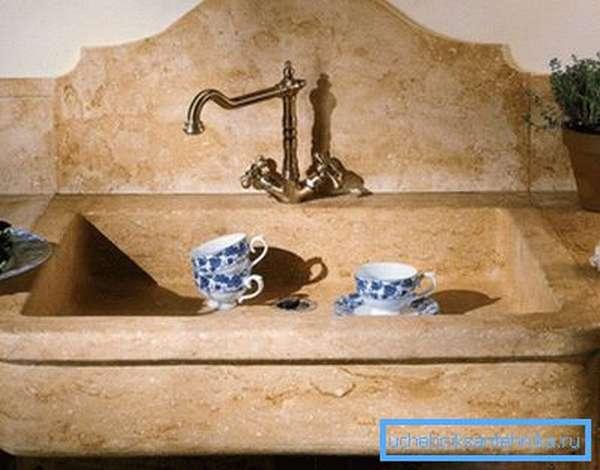 Натуральный камень особенно хорош в классических интерьерах
