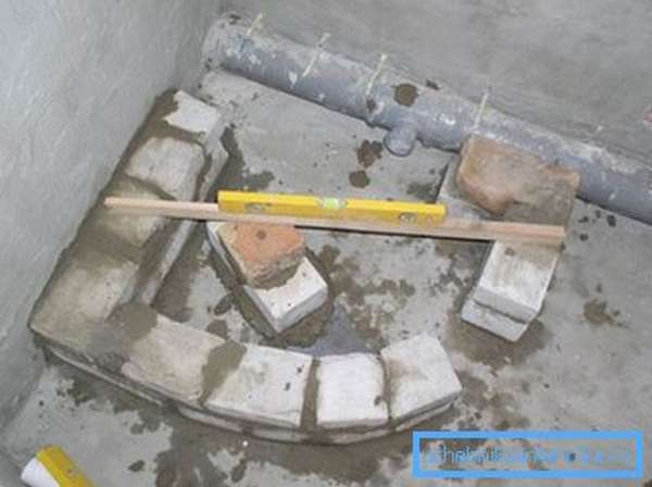 Не забывайте контролировать плоскость с помощью строительного уровня