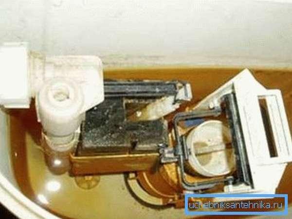 Не знаете - как почистить бачок унитаза внутри? Залейте его 4 л теплой воды с порошком и оставьте ее на время, затем слейте через унитаз