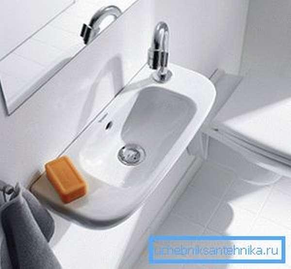 Небольшая узкая раковина для туалета