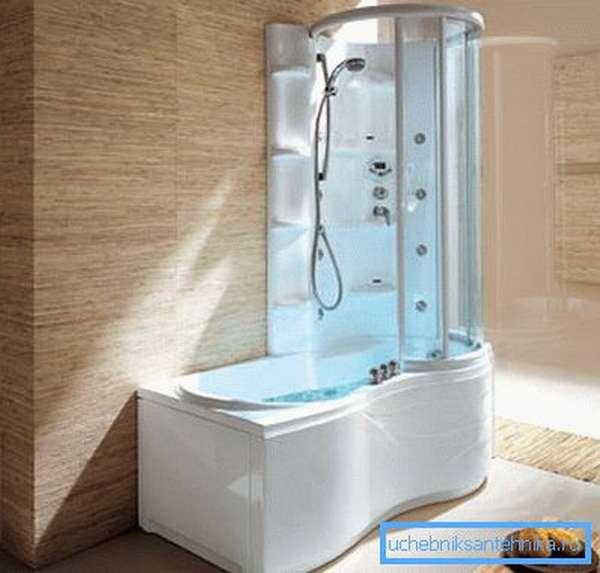 Небольшая ванная с душевой кабинкой – это пример компромисса между двумя подходами.