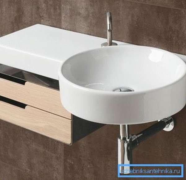 Небольшие экземпляры хорошо подойдут для туалетов и маленьких ванных комнат.