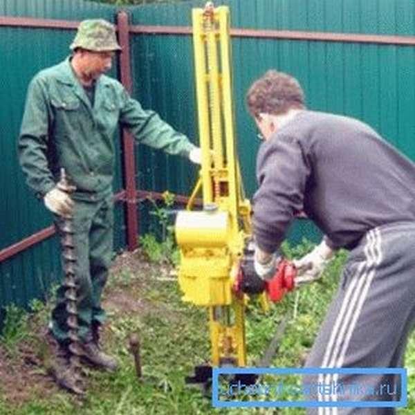 Небольшое устройство для бурения скважин и последующей забивки трубы