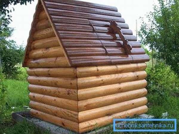 Небольшой домик, в который заключен сам колодец
