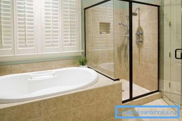 Некоторые люди решили данный вопрос довольно оригинально, установив и ванную, и душевую кабину