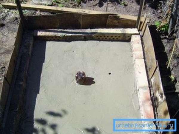 Некоторые мастера предпочитают делать комбинированные сливы на манер полноценного поддона, но только из бетона с последующей обшивкой древесиной