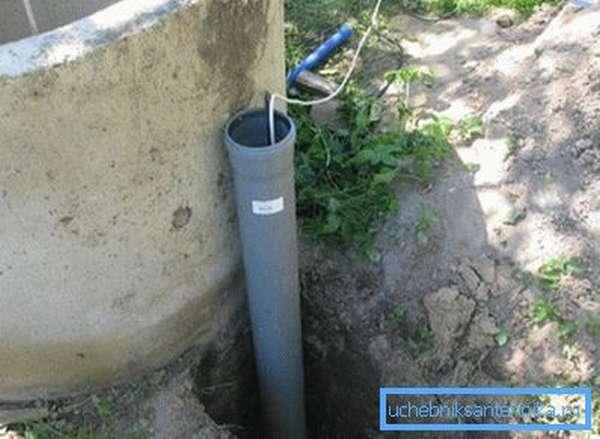 Некоторые мастера предпочитают делать отвод сразу возле конструкции или создают трубу для проводов подачи электричества