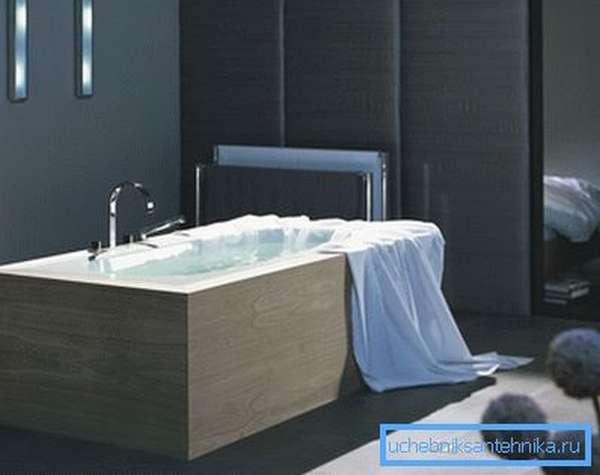 Некоторые модели ванн не предполагают настенного расположения излива.