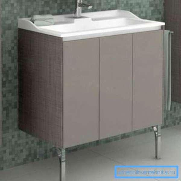 Некоторые напольные предметы интерьера в подобных помещениях лучше всего оснащать ножками, чтобы при случайном попадании воды на поверхность она не имела с ними прямого контакта