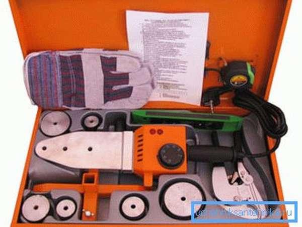 Некоторые производители выпускают паяльные наборы, в которые входят все необходимые для работы инструменты