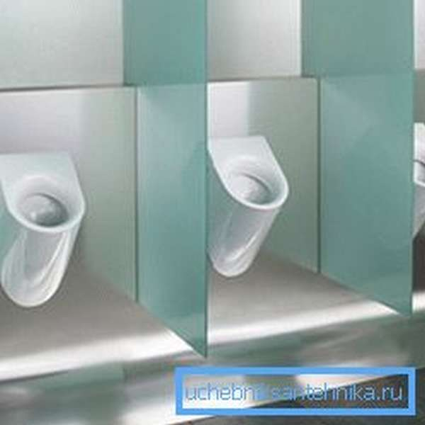 Непрерывный слив раньше был очень распространен в общественных туалетах, но в наши дни этот вариант используется все реже