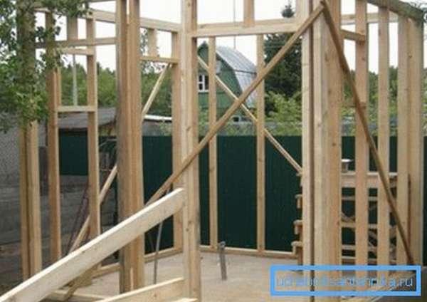 Несущая конструкция из деревянного бруса.