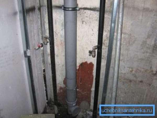 Ничто не вечно, стояки канализации также приходится менять.