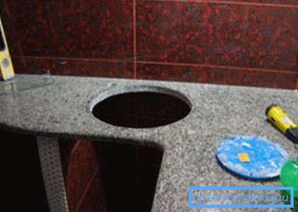 Ниша под круглую мойку на кухне.