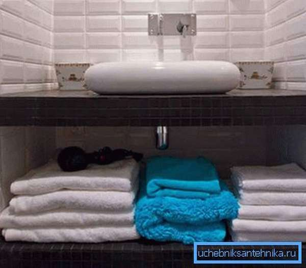 Нижнее пространство стоит использовать в качестве дополнительного хранилища для необходимых в ванной комнате вещей, а значит, при монтаже стоит использовать небольшие сифоны