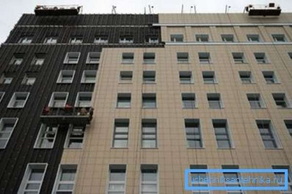Новые дома строятся с обязательным утеплением фасадов.