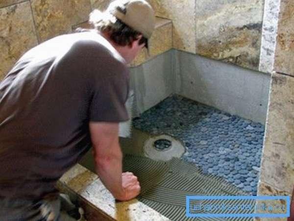 Облицовка душевой кабины керамической и мозаичной плиткой