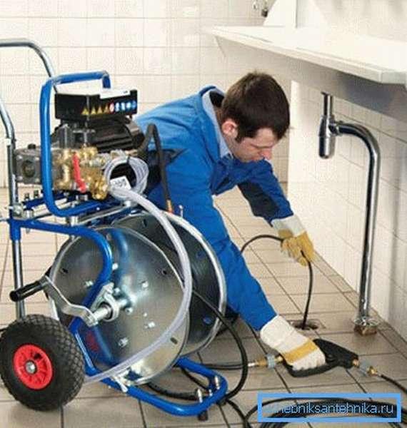 Оборудование оснащено двигателем, компрессором и шлангом