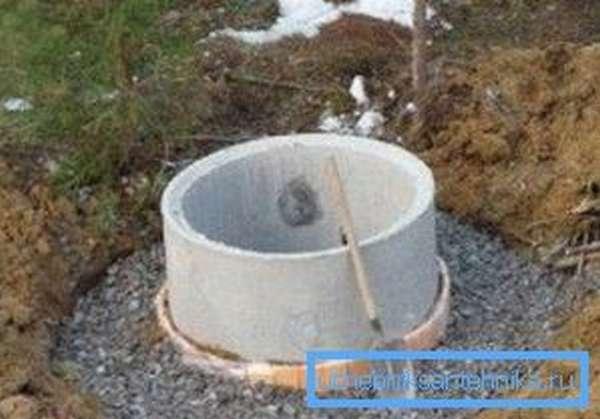 Обратите внимание на тщательность, с которой произведено оформление стыка последнего кольца с грунтом и как хорошо начато формирование замка, хотя проблемы с ним и будут (фото «А», см. описание в тексте)