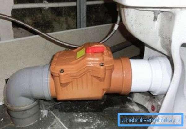 Обратный канализационный клапан подключен к унитазу