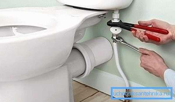 Обычно только саму трубу к вводному клапану присоединяют с использованием ключей, хотя порой их применяют и для затягивания контрольной гайки на самой керамике