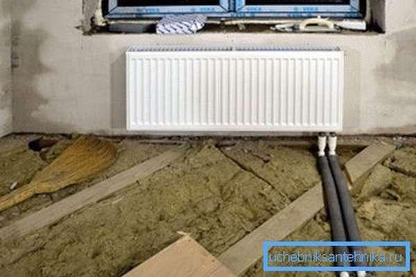 Очень удобно, если вы живете в своем доме, при проектировании спрятать трубы под напольным покрытием – получится небольшой участок системы «теплый пол»