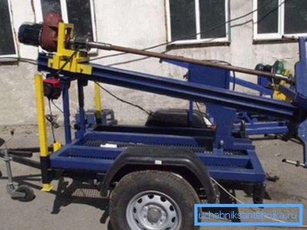 Один из вариантов заводской бурильной установки для небольших скважин