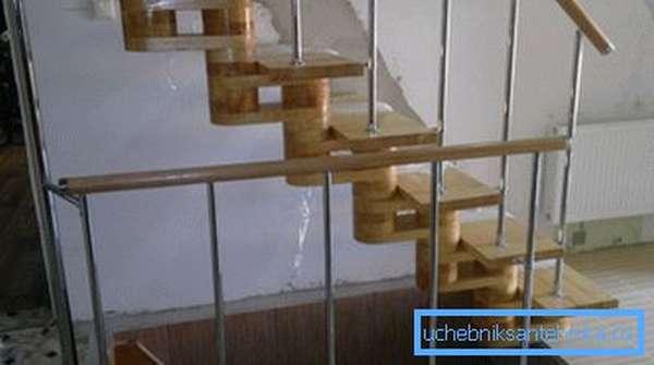 Ограждения для лестниц из хромированных труб эргономично вписываются в интерьер