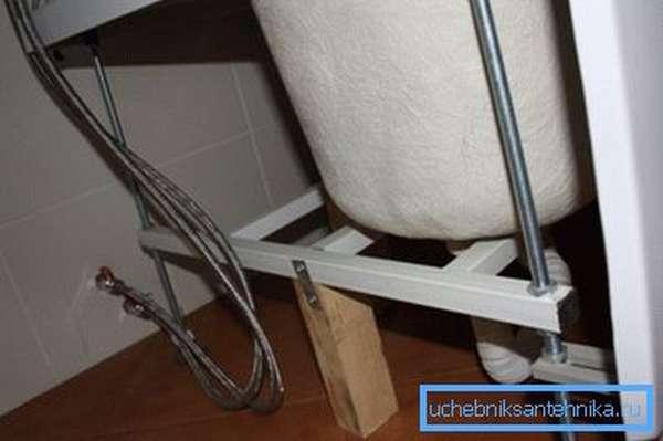Опорная подставка и винтовые регулируемые ножки.