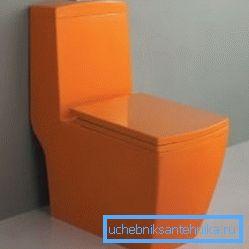 Оранжевый унитаз с прямым выпуском смотрится отлично, и установить его можно вплотную к стене