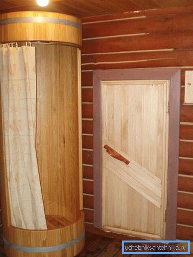 Оригинальная отделка душевой комнаты в деревянном доме. Естественно, без водоотталкивающих пропиток тут не обойтись