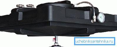 Оригинальная плоская конструкция может иметь не только удобную форму и габариты, но и оснащаться всеми необходимыми для использования элементами, начиная от крана лейки и заканчивая датчиком температуры