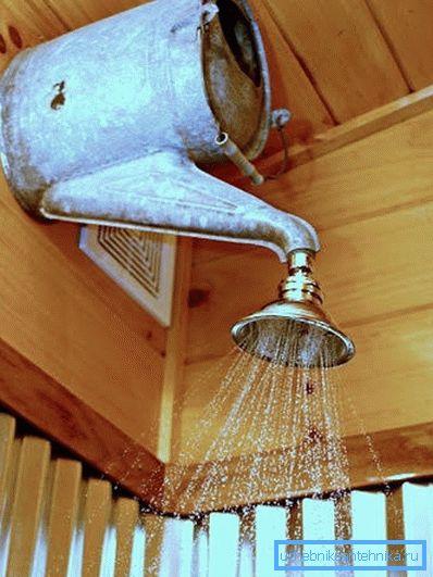 Оригинальное конструкционное решение, которое отлично вписывается в дизайн дачного домика или бани