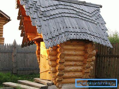 Оригинальный туалет с деревянной крышей