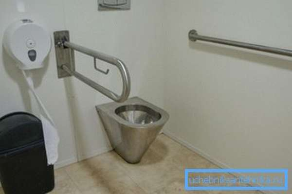 Основное отличие санузлов для инвалидов – наличие металлических поручней на стенах