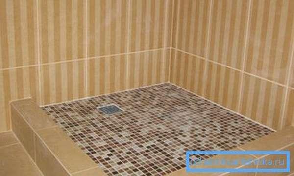 Отделанный керамической плиткой поддон
