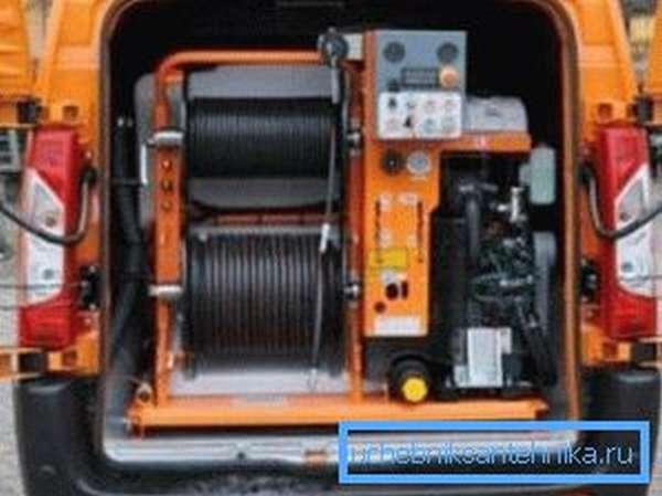 Отдельные виды подобных изделий изготовлены в виде специализированных автомобилей, которые предназначены для обслуживания канализационных систем и водопровода