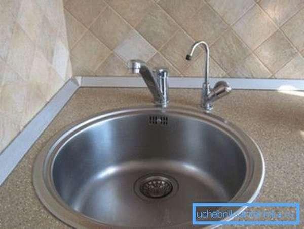 Отдельный краник для питьевой воды на столешнице рядом с мойкой.