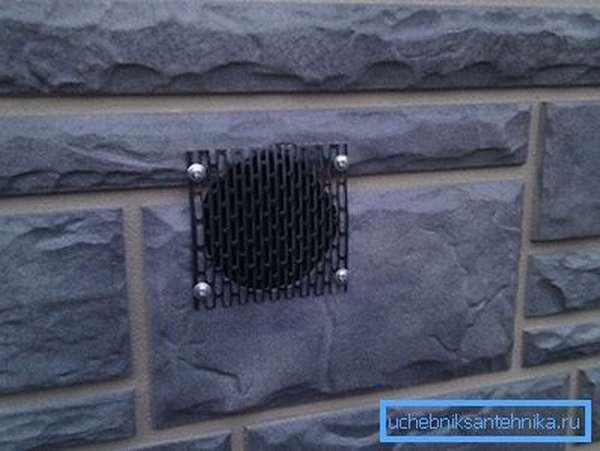 Отдушина для вентиляции подполья, закрытая решёткой