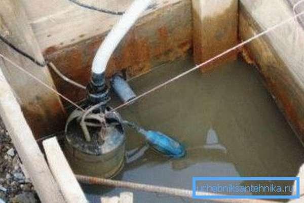Откачка воды перед очищением донного фильтра.