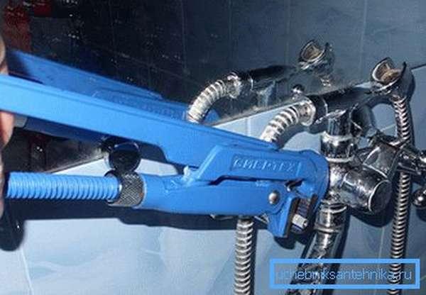 Откручивать кран необходимо очень аккуратно, чтобы не повредить покрытие смесителя