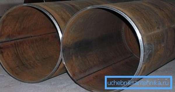 Отличить бесшовную продукцию от других видов изделий можно по наличию соединительных мест, которые создаются путем сваривания металла