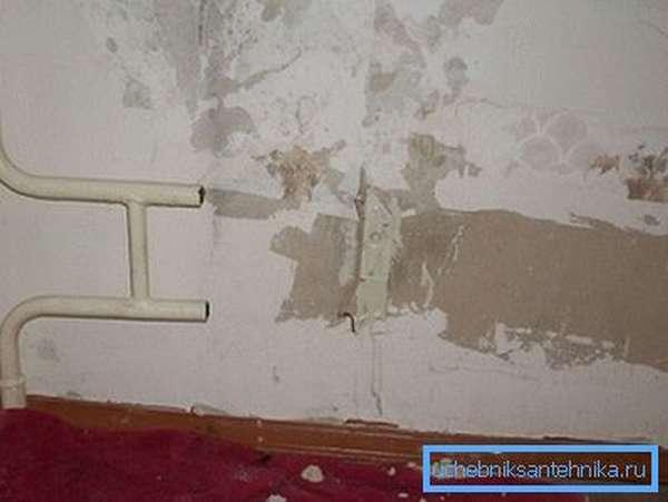 Отопительные приборы демонтируются представителями местной жилищной организации.