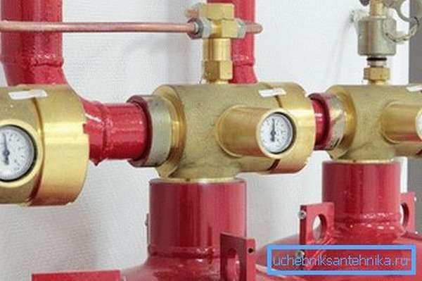 Отопление дома баллонным газом множеством носителей, каждый из которых имеет собственный редуктор