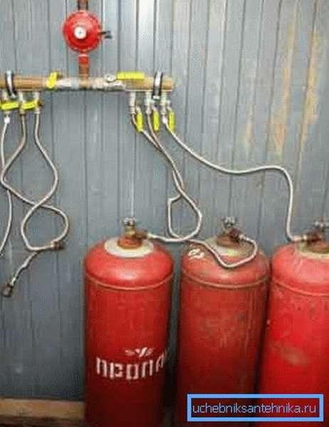 Отопление загородного дома баллонным газом при помощи нескольких носителей, объединённых одним общим редуктором